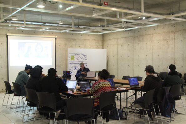 Personas sentadas trabajando en computadores, asistiendo a taller de accesibilidad en la UCN